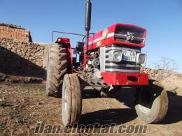 Çiçekdağıda kırmızı elmas traktör