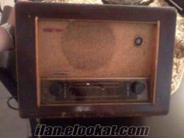1930 yılına ait lambalı ingiliz yapımı ahşap radyo