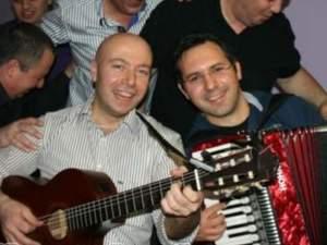 Doğumgünü ev parti kutlama için keman akordeon gitar