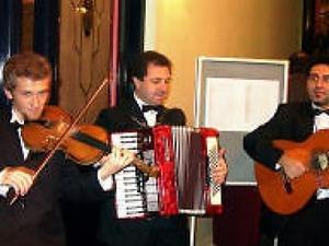 düğün girişi canlı müzikle trio orkestramız önce misafir karşılıyor sonra eğlendirip çoşturuyor